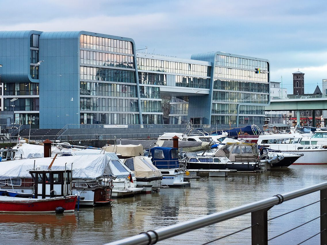 """Das äußerst repräsentative """"RheinauArtOffice"""" ist durch den Sitz von Microsoft überregional bekannt."""