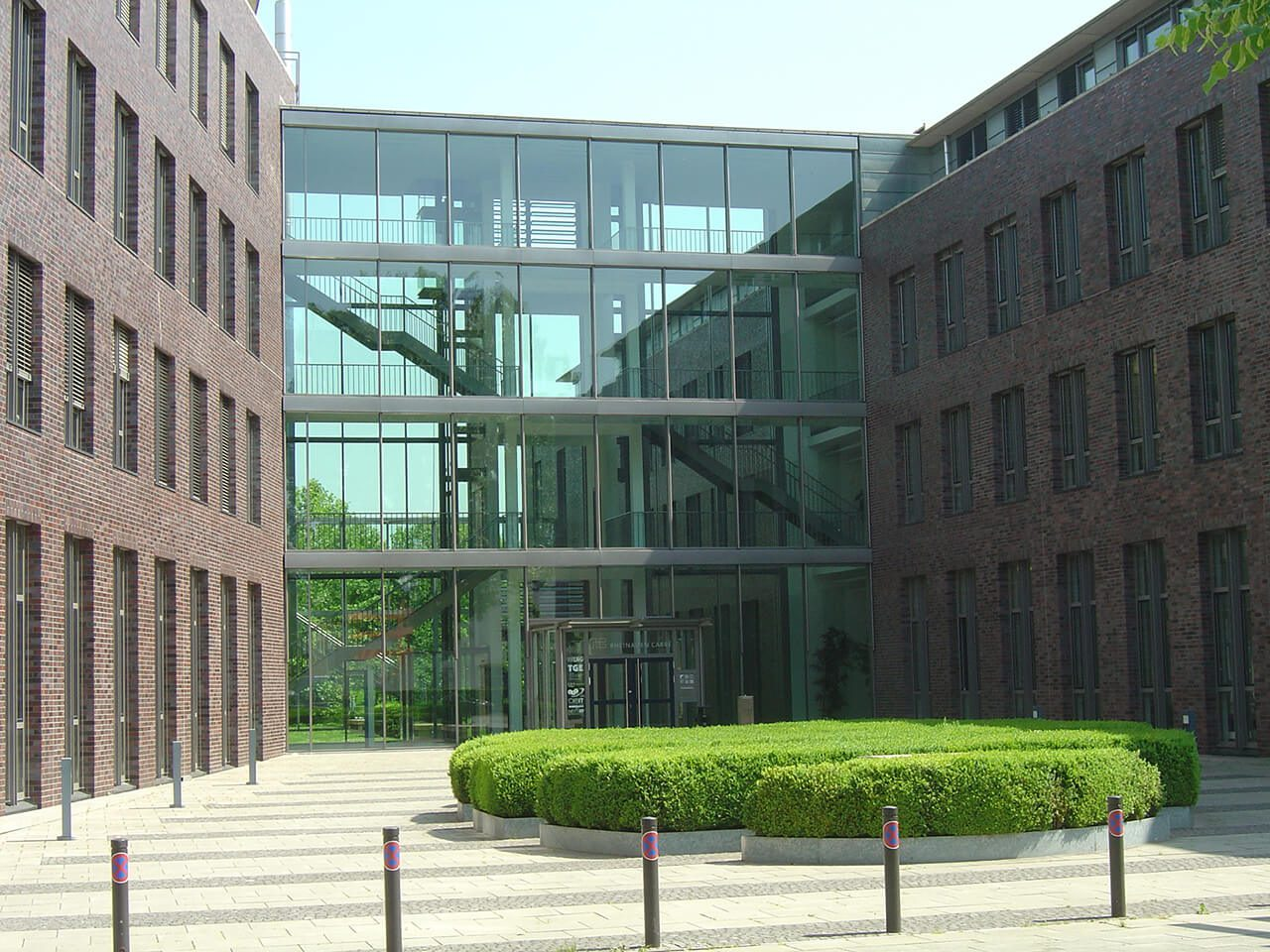 """Das top-moderne Büroobjekt """"Rheinauen Carré"""" liegt in hervorragender Lage vis-à-vis der Bonner Rheinaue."""